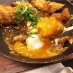 コリコリ食感がたまらない期間限定メニュー「鶏つくね味噌カツ」(かつや)